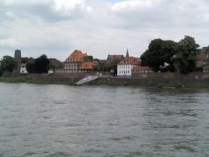 Kaiserswerth Rheinfront vom Schiff