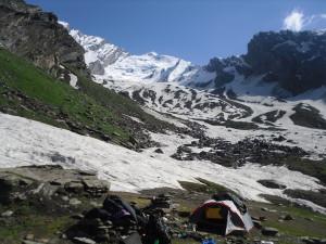 Unser Camp 1- Im Hintergrund der 5298 m hohe Gipfel